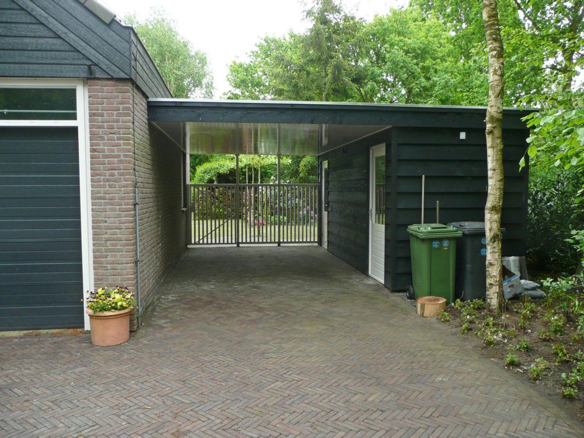 Carport met berging en hek