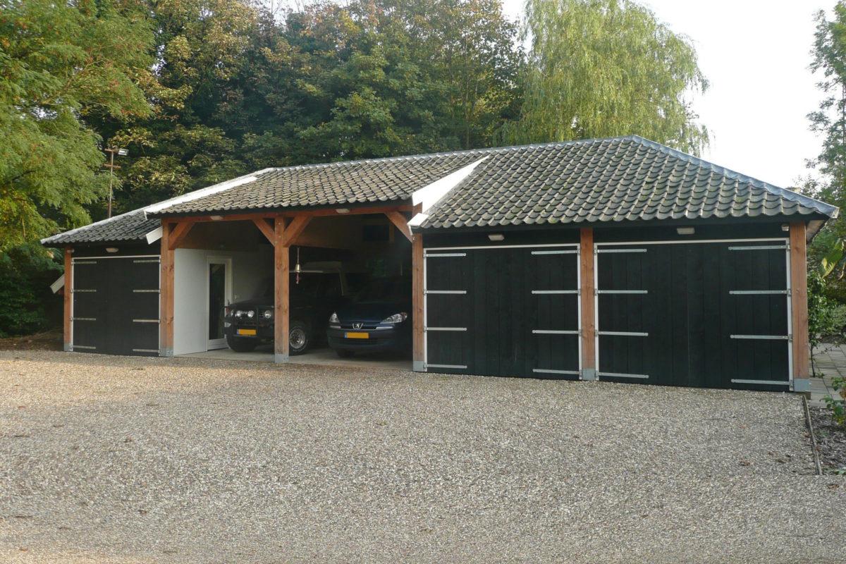 Grote garage met werkplaats